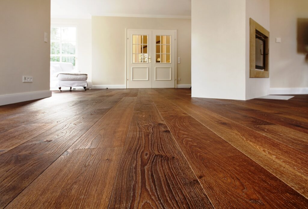 Dunkler Holzboden mit Faserung
