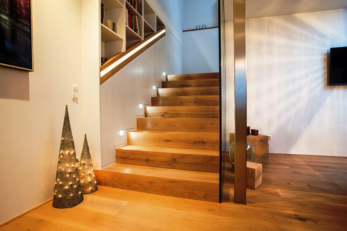 Holzstiege mit Beleuchtung