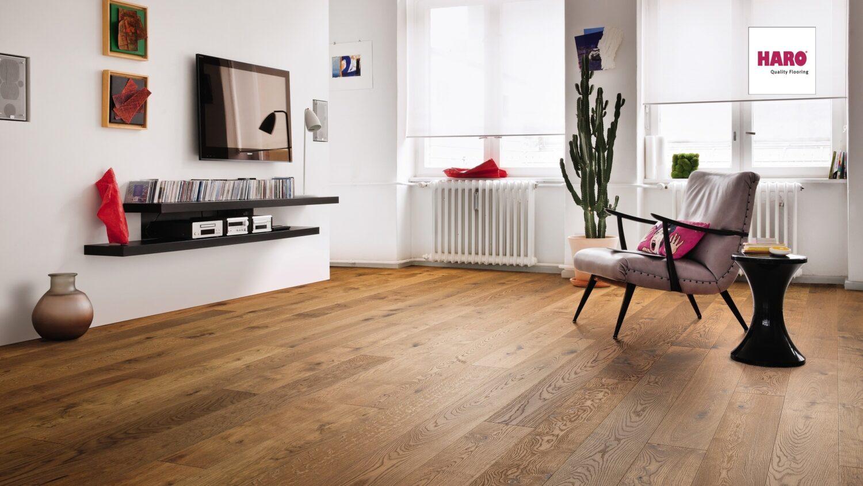 HARO PARKETT Landhausdiele 4V Bernsteineiche sauvage strukturiert im Wohnzimmer